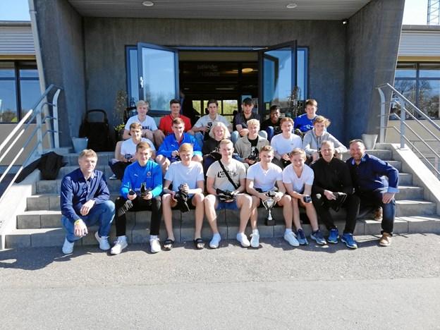På billedet ses de glade drenge sammen med Henrik Sloth og Karsten Elkjær fra Mariagerfjord Idrætsråd. Privatfoto