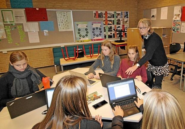 Computeren er et vigtigt arbejdsredskab, når eleverne arbejder internationalt. Lærer Karen Grøn giver her gode råd og anvisninger. Foto: Jørgen Ingvardsen
