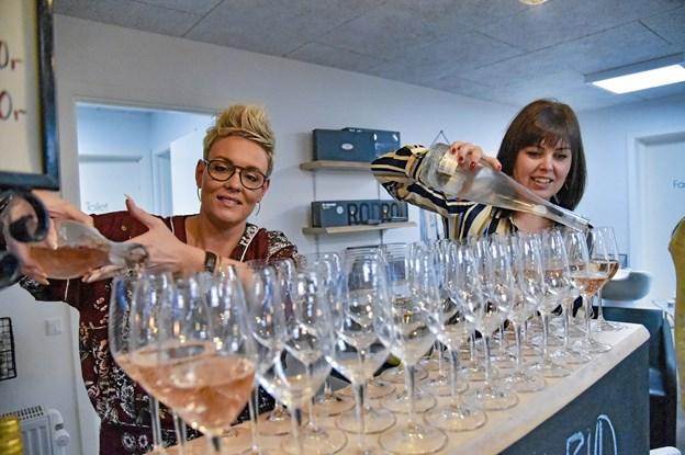 Kold rose i glasset. Fra venstre Winnie Kjær fra Davines og Dina Alminde. Foto: Ole Iversen Ole Iversen