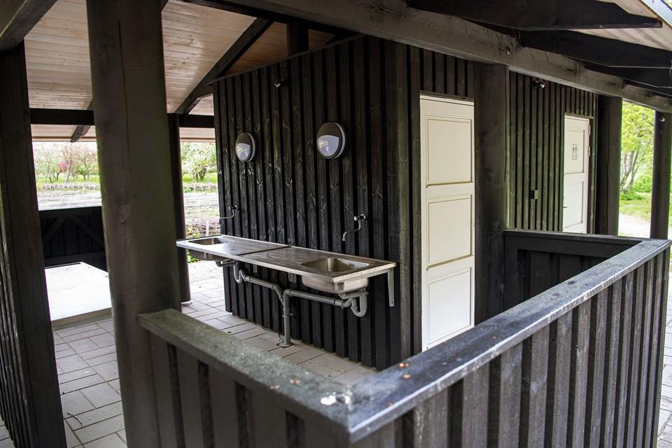 Nellemanns Haves venner har netop malet dette hus færdigt, hvor der er handicaptoilet i den ene ende og vask med rindende vand i den anden. © Lars Pauli