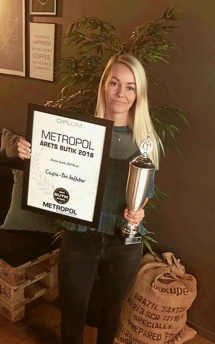 Stephanie Sørensen fra Capu – Din kaffebar fik overrakt en vandrepokal, da hendes firma fik prisen Årets Butik i Metropol.