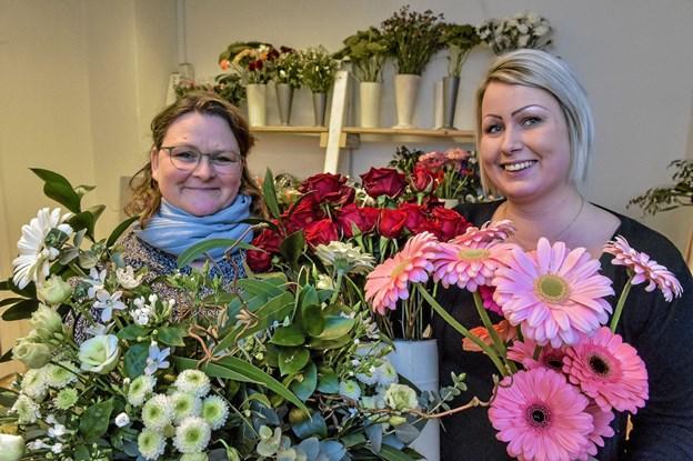 Gitte Jespersen, daglig leder og Louise Munkholm Jensen, blomsterbinder, er holdet bag Fjerhusets Blomster. Foto: Ole Iversen