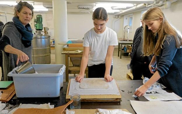 I papirmageriet underviste Lene Bornak Clara og Kamma i kunsten at lave håndstøbt papir. Foto: Niels Helver Niels Helver