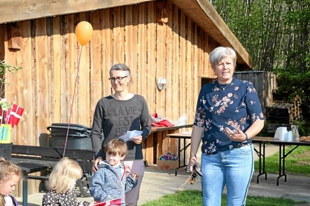Merete Fuglsang Hansen roste det store arbejde som ligger bag udførelsen af den nye legeplads. Foto: Flemming Dahl Jensen Flemming Dahl Jensen