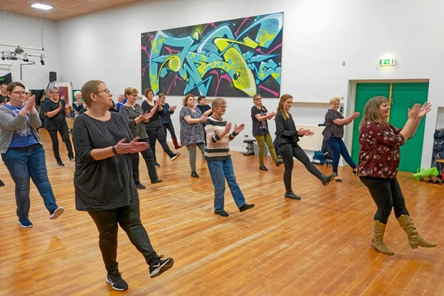 Der er linedance om mandagen i lokale 52 på Sindal Skole, og i Frederikshavn danses der på gymnasiet onsdage og torsdage. Foto: Niels Helver