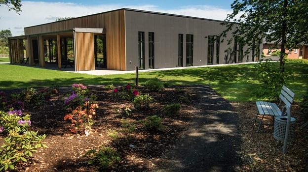 Fjorden Arkitekter i Hobro har tegnet Blå Kors Hjemmets nye aktivitetshus, der udvendig er beklædt med eternit og træ. Martin Damgård