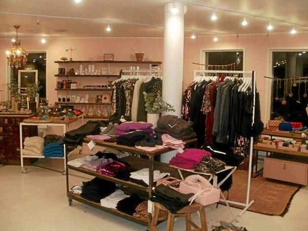 Der er en flot indretning i den lokale tøjbutik. Foto: Kjeld Mølbæk Kjeld Mølbæk
