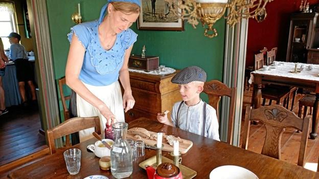 Tinna Gaden smøre hjemmebagt brød til Asle. Foto: Niels Helver Niels Helver