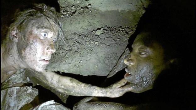 Under mudder, sved og frygt tegnes der også en skarp skildring af forholdet mellem mennesker i dag.