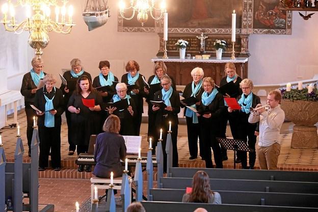 Såvel kirkens kor, Happy Singers, som trompetist Jonas Terp medvirkede ved søndagens gudstjeneste. Foto: Allan Mortensen