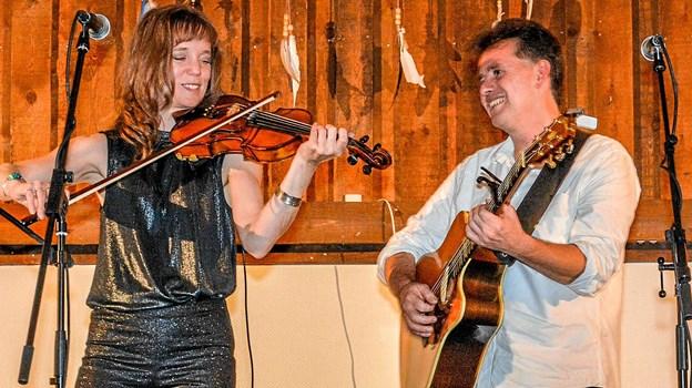 Livsbekræftende og velklingende musik for violin og guitar - dejlig irsk og engelsk folkemusik fra Jane & Shane. Foto: Mogens Lynge