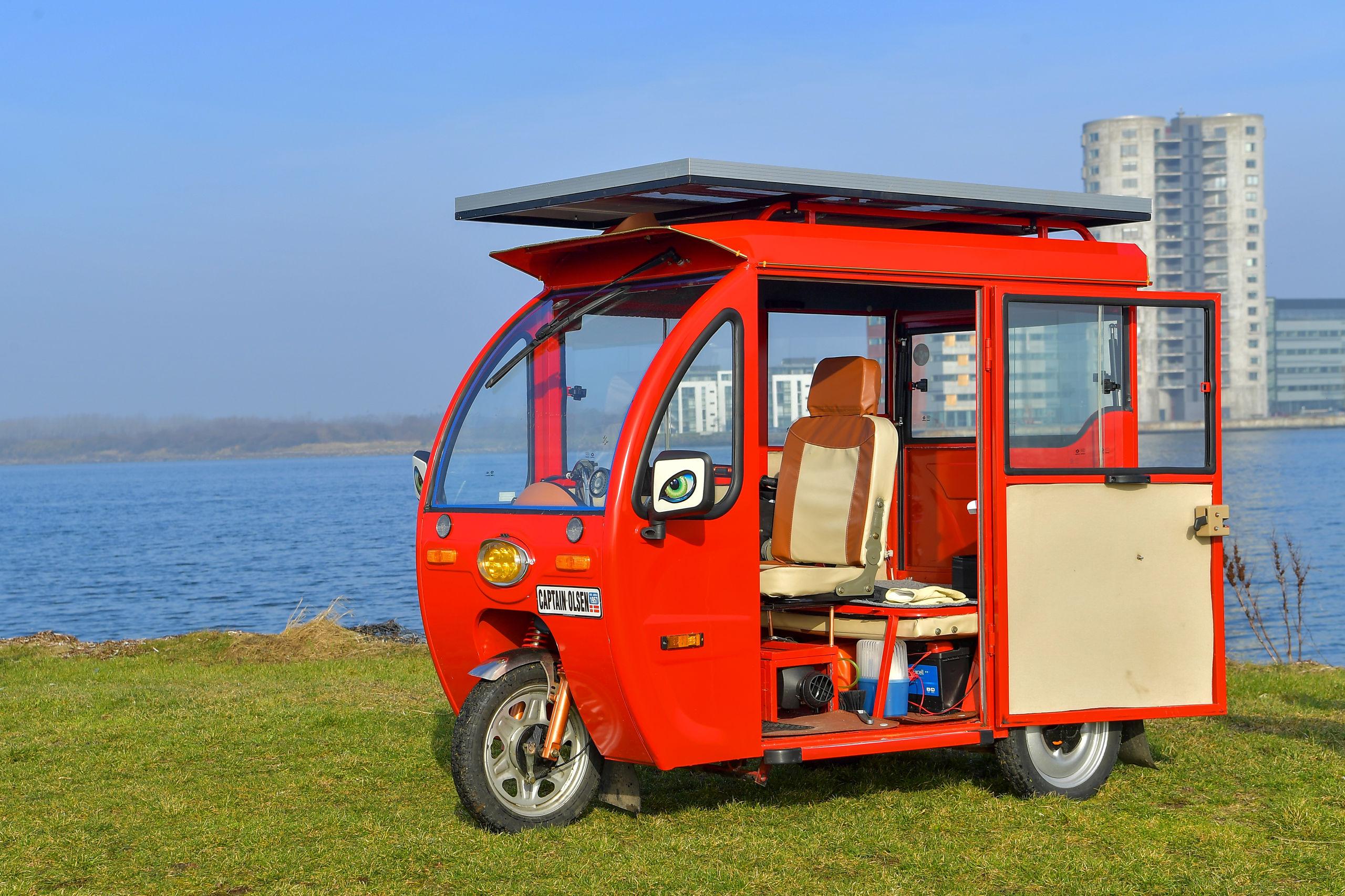 Den elegante - og alt andet lige ganske rummelige - el-kabinescooter er produceret i Kina, og den kan erhverves for ca. 30.000 kroner. Foto: Jesper Thomasen
