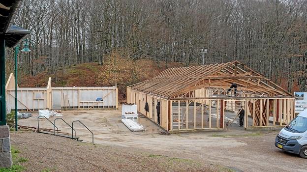 Renoveringen af Glassalen er i fuld gang, men der er opstået nye problemer. I forbindelse med byggetilladelsen er der stillet krav om automatisk overførsel af brandalarm til beredskabet og etablering af et minirensningsanlæg. Foto: Niels Helver