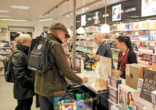 Der var gang i handelen, og dankortene glødede i byens butikker under Black Friday. Her er det hos MATAS. Foto: Jørgen Ingvardsen