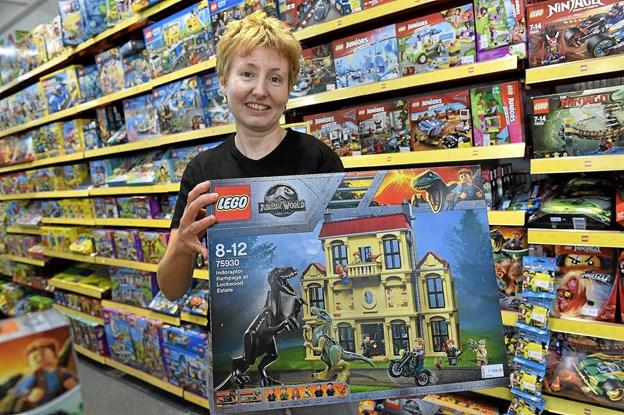 Britta Odgaard og BUDDY har masser af spændende nyt LEGO på hylderne. Du kan nu vinde med den kasse Jurassic World LEGO som Britta står med. Thisted. Se på Facebook/Thisted Posten - hvordan. Foto: Ole Iversen