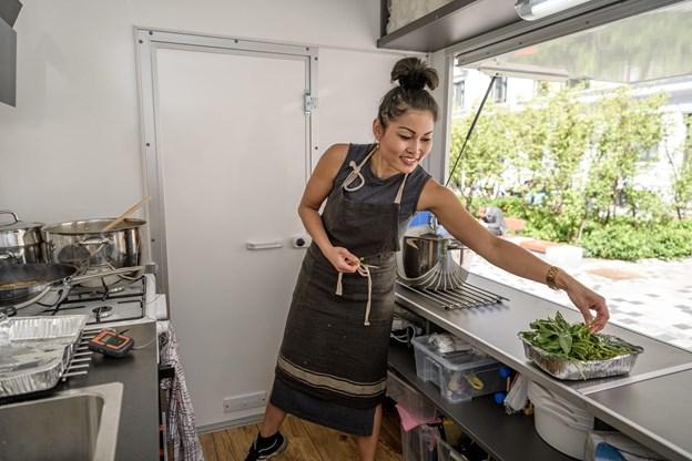 Arm i sit køkken på torvet. Foto: Nicolas Cho Meier
