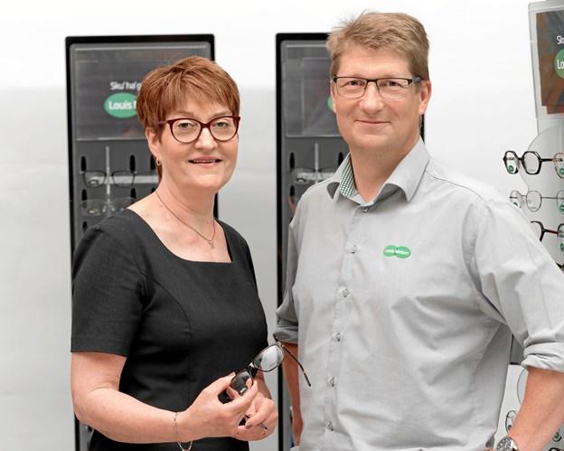 Sammen med butikschef Merete Schmidt styrer chefoptiker Henrik Skovbjerg butikkens daglige gang.