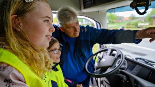 Inde i bilen kunne eleverne sammen med chauffør John Jensen selv prøve at orientere sig i lastbilens spejle. Foto: Kurt Bering Kurt Bering