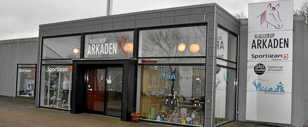 Forretningskomplekset Arkaden i den østlige ende af Hjallerup Centret fik en ikke særlig god start, men nu har Sportigan okkuperet hele butiksarealet, og det går godt. Foto: Ole Torp