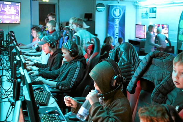 Der var mange som gerne ville låne en computer i E-Sports lokalet. Foto: Flemming Dahl Jensen Flemming Dahl Jensen