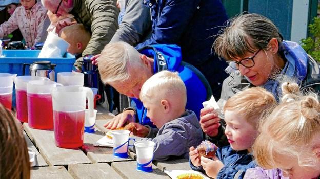 Bedsteforældrene og børnene dekorerede kager. Der foregik naturligvis udenfor. Foto: Ole Iversen