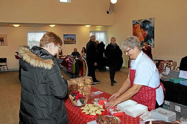 Der var gang i salget af lækkert julebag. Foto: Hans B. Henriksen Hans B. Henriksen