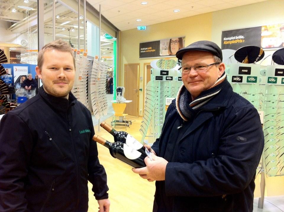 98085142e2b4 Retailchef Mads Poulsen (tv) fik æren af at overrække Jørgen Wahl vin