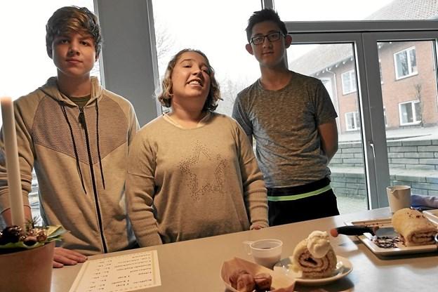 Louise, Paulo og Christoffer stod i cafeteriet og serverede det pyntede bagværk, som de besøgende kunne købe. Foto: Peter Jørgensen Peter Jørgensen