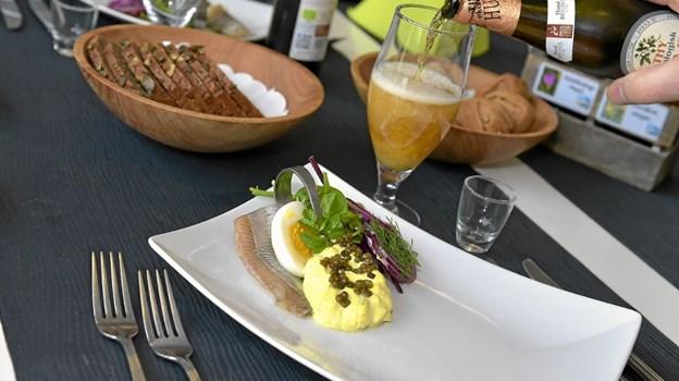Og allerførst en hjemmelavet sild og hjemmerørt karrysalat og et halvt æg. Ole Iversen
