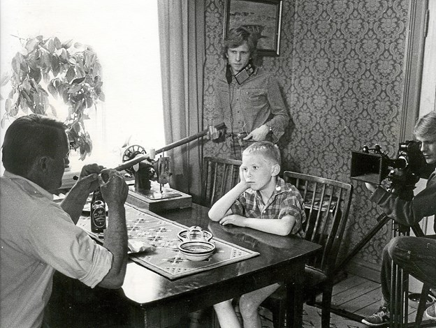 Eddie Thomas Petersens film Tøsedrengen er indspillet i 1983, men giver et portræt af Skagens fiskermiljø for et halvt århundrede siden. Her er optagelserne på Søndervej i fuld gang.   Foto: LOKALHISTORISK ARKIV SKAGEN