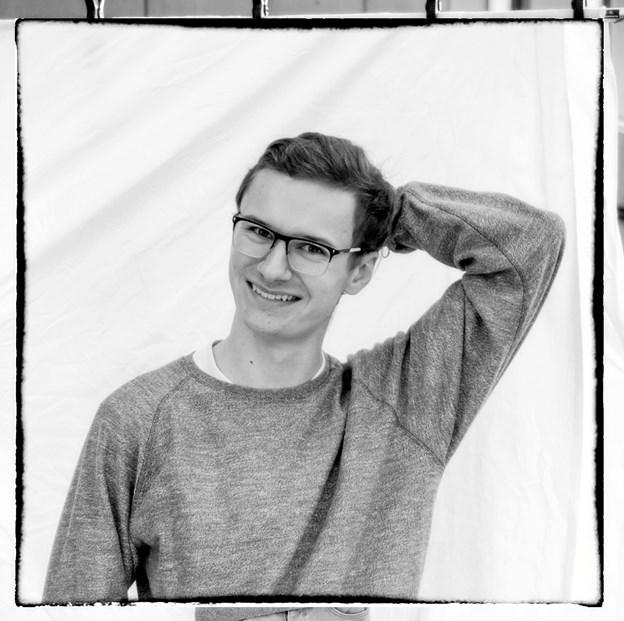 "18-årige Nicolai Størup Gregersen prøver løs på Henrik Ibsens klassiker ""Et dukkehjem"" på Vendsyssel Teater. Foto: Vendsyssel Teater"
