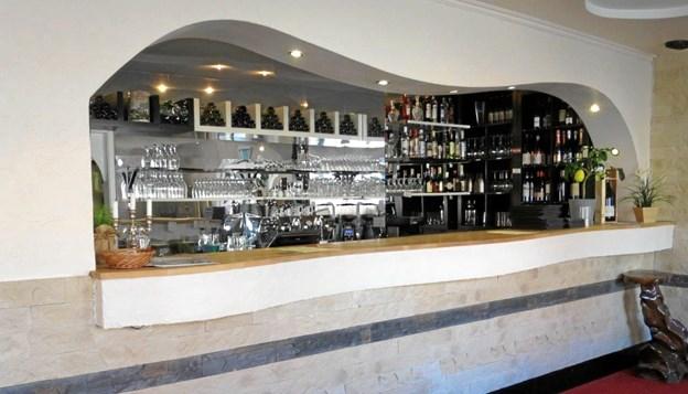 Den flotte bar er velassorteret med vine, spiritus og 8 forskellige slags kaffe. Køkkenet har lækre menuer til både frokost og middag. Foto: hhr-freelance.dk