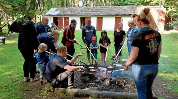 Bål og hygge:  Spejdere og forældre var samlet til sæsonafslutning med aktiviteter omkring Riddere, så her bages der arme riddere. Privatfoto