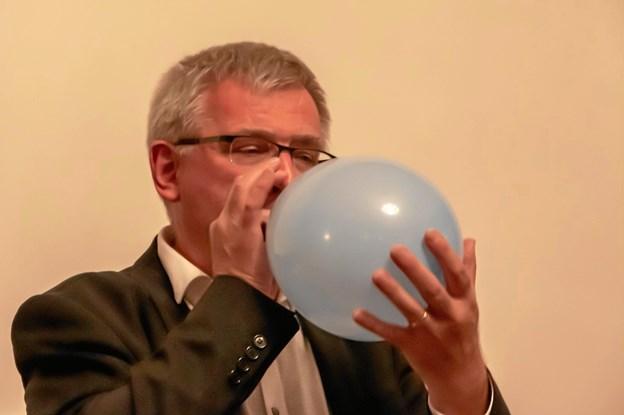 Jørgen Pontoppidan, næstformand i udvalget for kultur og fritid (V) blæste en ballon for filmklubben. Privatfoto