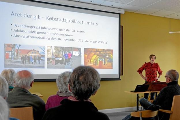 """Museumsdirektør Anne Dorthe Holm fortæller om """"Året der gik"""" på Vendsyssel Historiske Museum til de omkring 150 gæster til Nytårsarrangementet. I det nye år vil museet henvende sig til en bredere målgruppe under sloganet """"Dit museum - din historie"""". Foto: Niels Helver"""