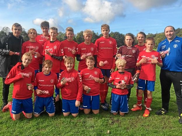 De lokale U15 fodbolddrenge fra IF Skjold er helt med - når det gælder Lyserød Lørdag. Privatfoto.