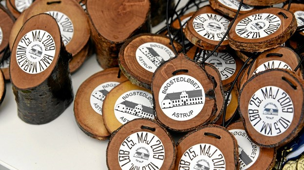 Efter løbet var der medaljer til børnene og mindetrofæer til dem, der havde vovet sig ud på de lange distancer. I år var medaljer og trofæer lavet i træ fra skoven og bearbejdet af arrangørerne. Foto: Niels Helver Niels Helver
