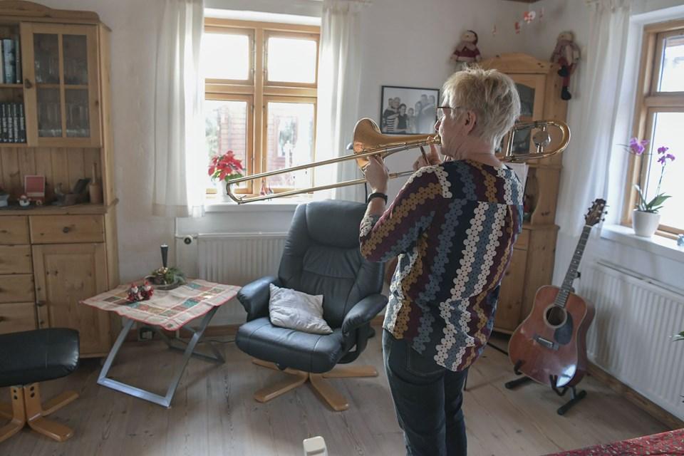 Pia Brink øver på et nummer hjemme i stuen.
