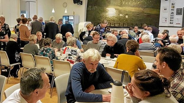 Eftermiddagen forestilling er slut og straks blev salen omdannet til et hyggeligt kaffeselskab. Foto: Karl Erik Hansen Karl Erik Hansen