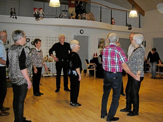 Dansen gik lystigt i en times tid, da Boldrup-folkedanserne holdt juleafslutning i Kig Ind.  Privatfoto