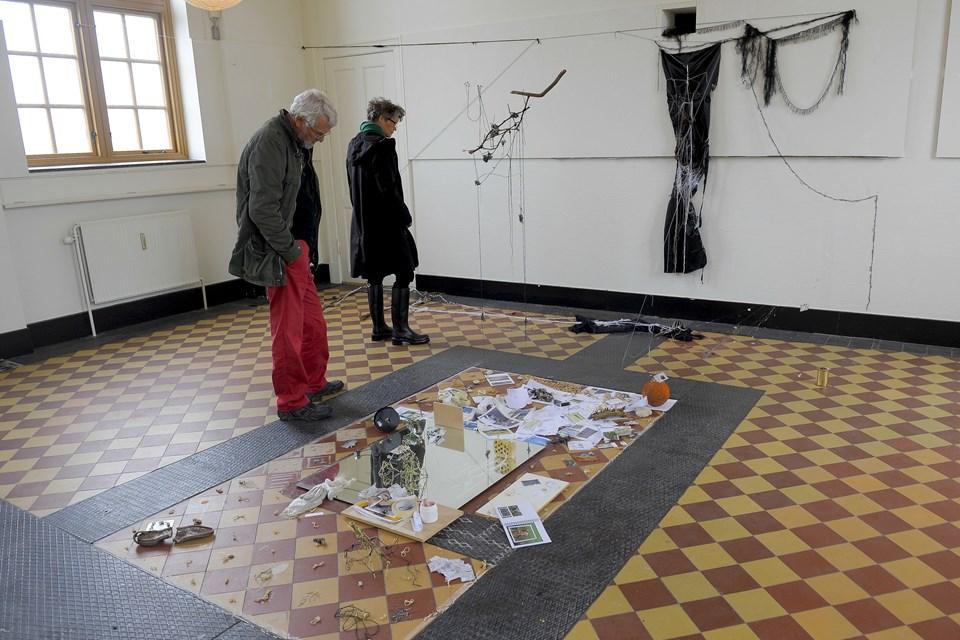Det store lokale rummer flere installationer af blandt andre den franske kunstner Jill Guillais.