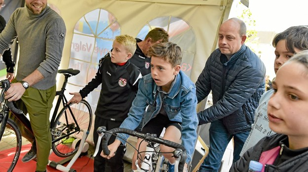 Thy Cykle Ring var også med. Børn og friske voksne tog chancen og dystede om præmier på de to cykler på virtuel rute på cykelbanen - på tid. Foto: Ole Iversen Ole Iversen