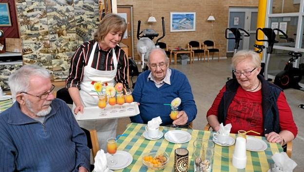 Ulla Munkebæk byder Arne og Henny på en Tequila Sunrise. Foto: Niels Helver Niels Helver