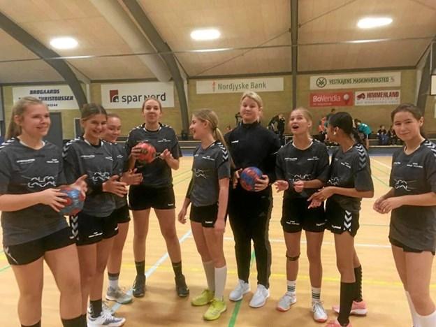 Håndboldpigerne fra udskolingen vandt kommunemesterskabet, inden det blev til en flot 2. plads ved de nordjyske mesterskaber. Foto: Privatfoto Privatfoto