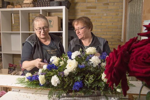 Selvom Ellen Johansen (th.) selv bruger meget tid i butikken, så er hun glad for at have dygtigt personale, der kan hjælpe hende også. Her sammen med Eva Klitgaard.Foto: Henrik Louis.