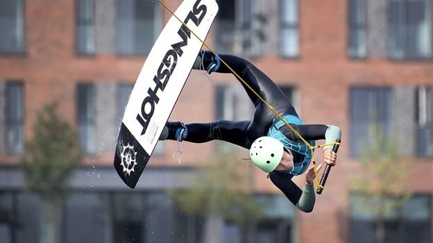 Det er akrobatik og yndefuldt at se på, når et hop og svæv lykkes, og alt ellers går op i en højere enhed, som det gør her for Rebecca Bon. Arkivfoto: Lars Pauli