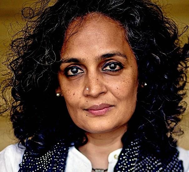 Suzanna Arundhati Roy - vandt med romanen 'The God of Small Things' Man Booker-prisen for fiktion i 1997, som vandt og blev den mest solgte bog af en ikke--expatriate indiske forfatter.