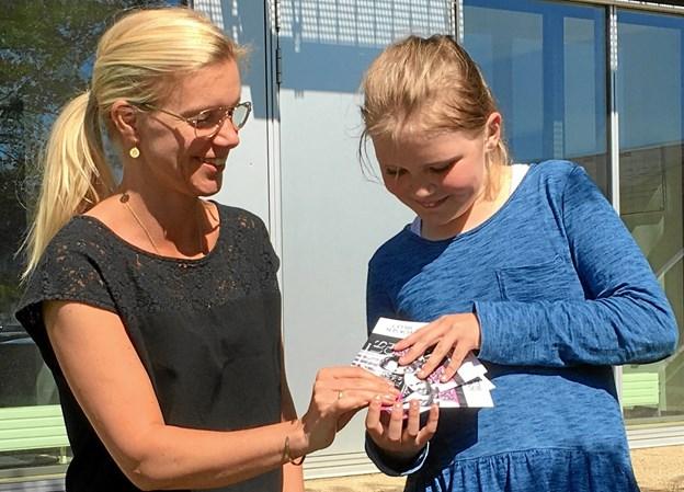 Her overrækker Pernille Thygesen billetterne til den 10-årige Siri - selvfølgelig ved Musikskolen.