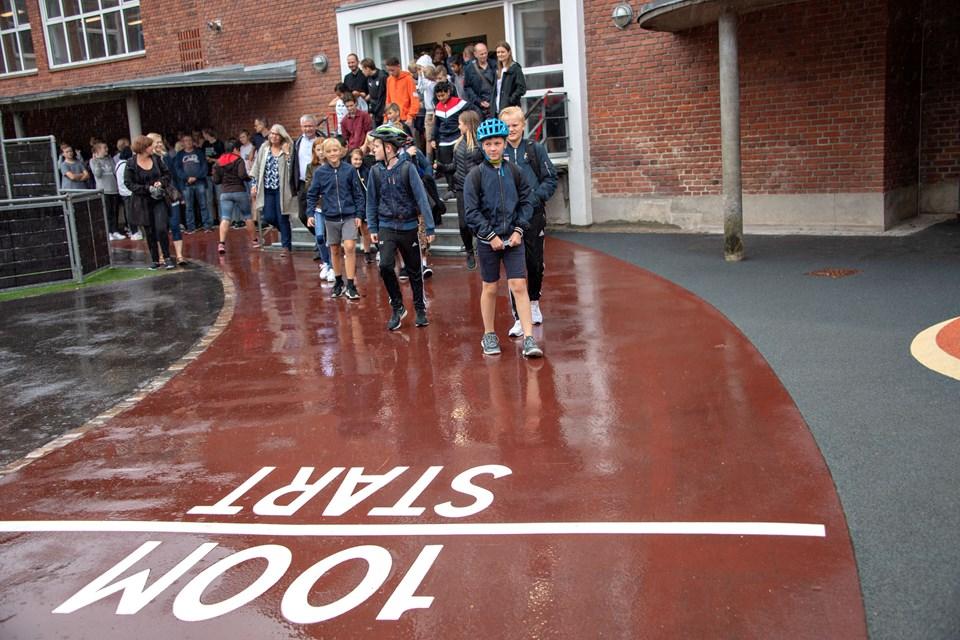 Regnvejr eller ej - efter taler og snoreklip skyndte eleverne på Søndre Skole og deres gæster fra Bymarkskolen og Valgård Skole sig ud for at prøve aktiviteterne i den nye skolegård.