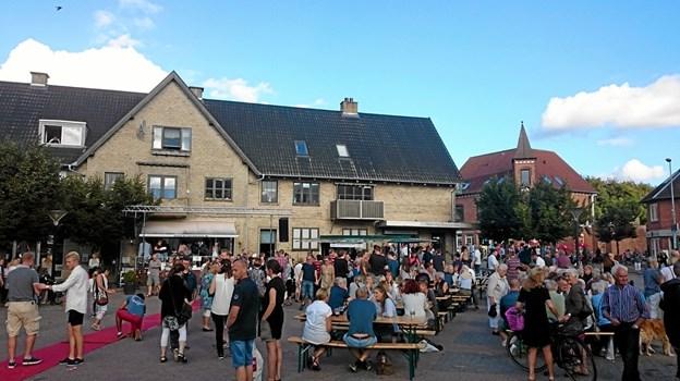 Sol, sensommer og masser af glade mennesker på Torvet. Det er Skørping Byfest... Foto: Privat Privat
